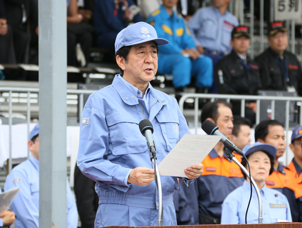 Photograph of the Prime Minister delivering an address during joint disaster prevention drills by the nine municipalities in the Kanto region