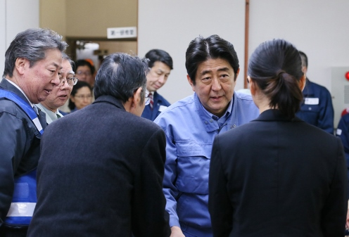 Photograph of the Prime Minister exchanging views at the Itoigawa Chamber of Commerce and Industry (2)