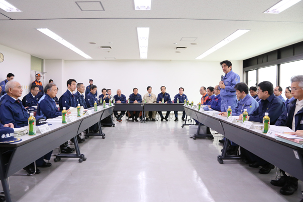 Photograph of the Prime Minister exchanging views at Itoigawa City Hall (1)