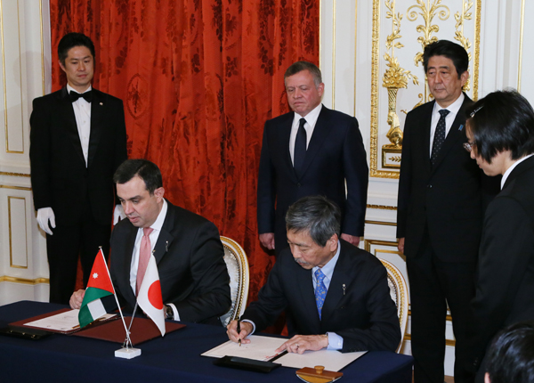 Photograph of both leaders attending the signing ceremony (1)