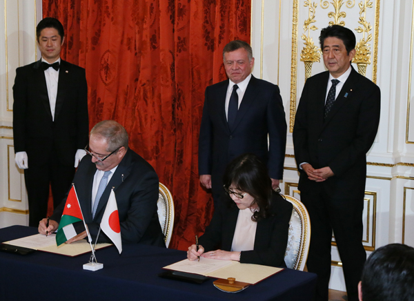 Photograph of both leaders attending the signing ceremony (2)