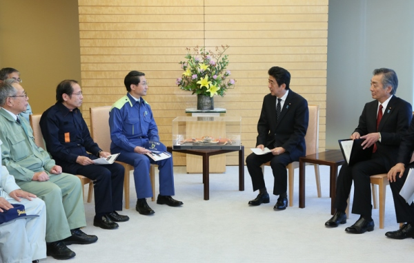 Photograph of the Prime Minister listening to the request (2)