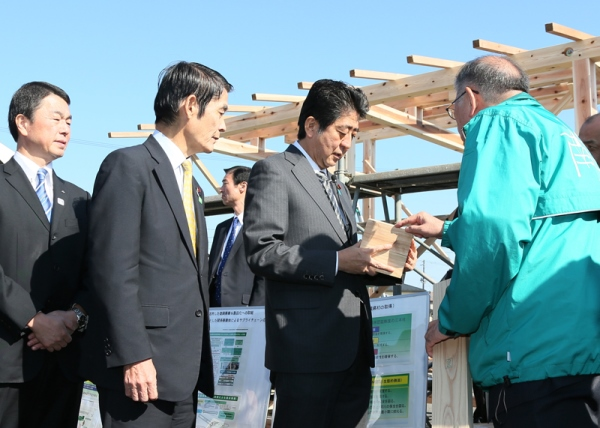 Photograph of the Prime Minister visiting the Minamisanriku Town Industrial Fair (1)