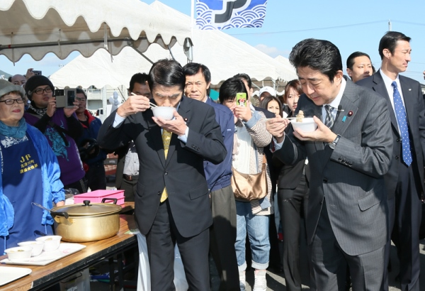 Photograph of the Prime Minister visiting the Minamisanriku Town Industrial Fair (2)