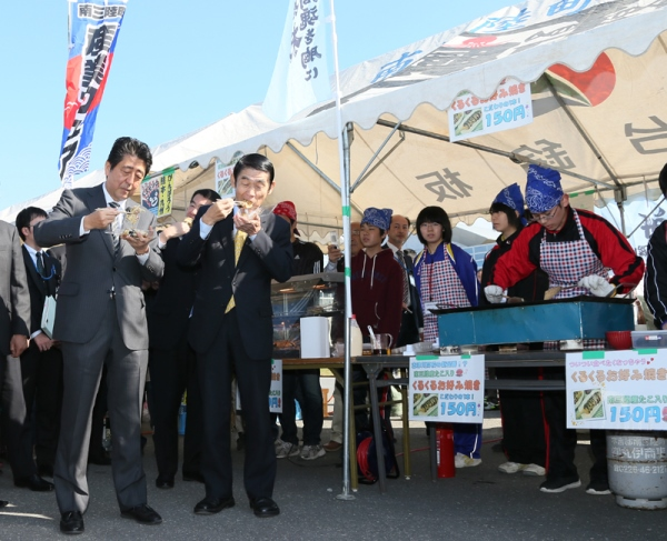 Photograph of the Prime Minister visiting the Minamisanriku Town Industrial Fair (3)