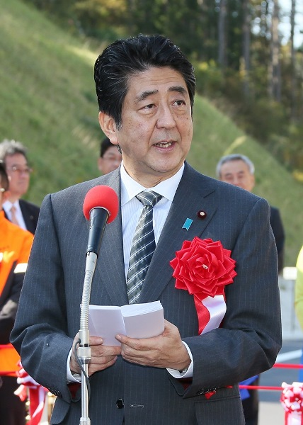 Photograph of the Prime Minister delivering an address at the opening ceremony of the Tome-Shizugawa section of the Sanriku Coast Road (1)