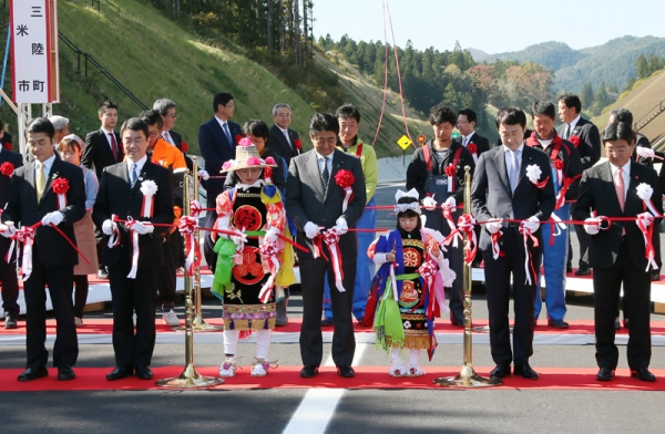 Photograph of the Prime Minister cutting the ribbon at the opening ceremony of the Tome-Shizugawa section of the Sanriku Coast Road