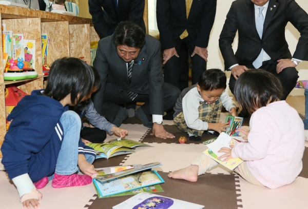 Photograph of the Prime Minister visiting an NPO that provides a space for mothers to bring their children at their workplace (3)