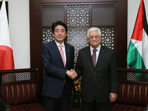 Photograph of Prime Minister Abe meeting with the President of the Palestinian Authority (1)