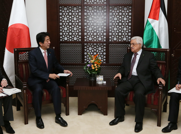 Photograph of Prime Minister Abe meeting with the President of the Palestinian Authority (2)