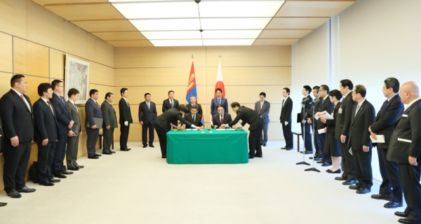 Photograph of the Prime Minister and chairman of the State Great Hural at the signing ceremony (2)